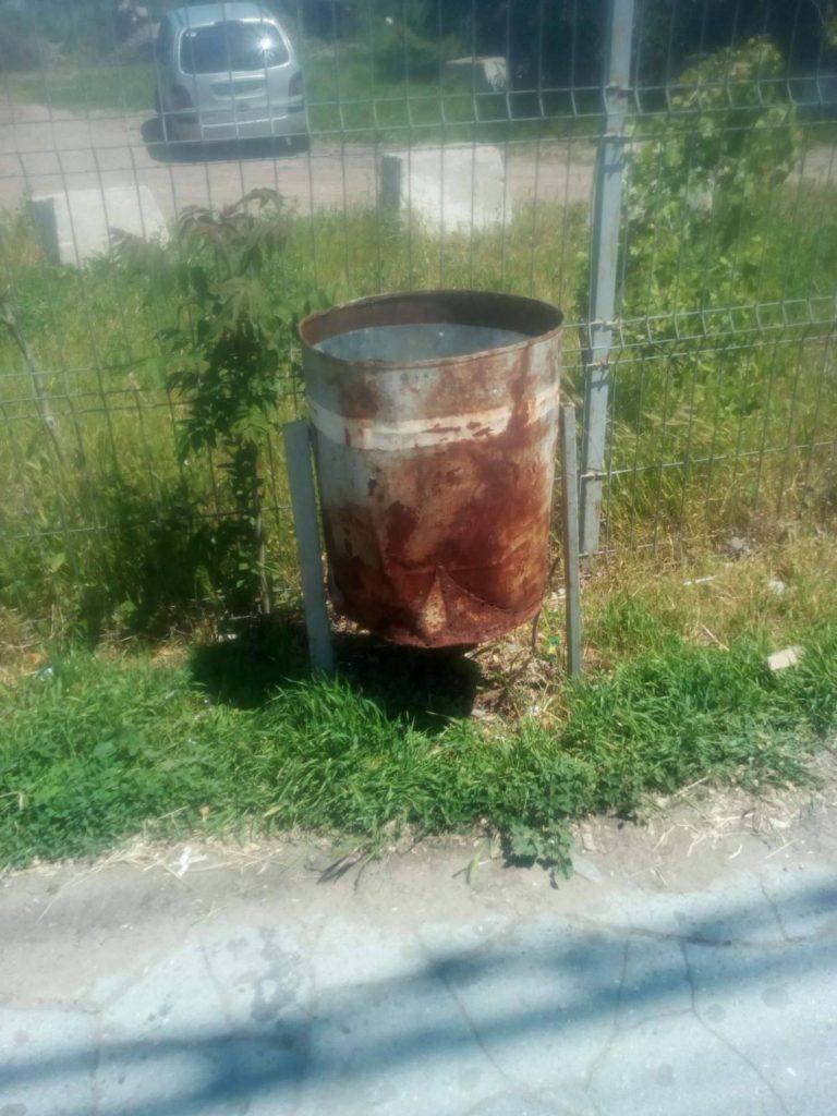 Coșuri de gunoi stricate pe strada Calea Moșilor din apropierea Autogării de Nord. Foto: Cristina Darii