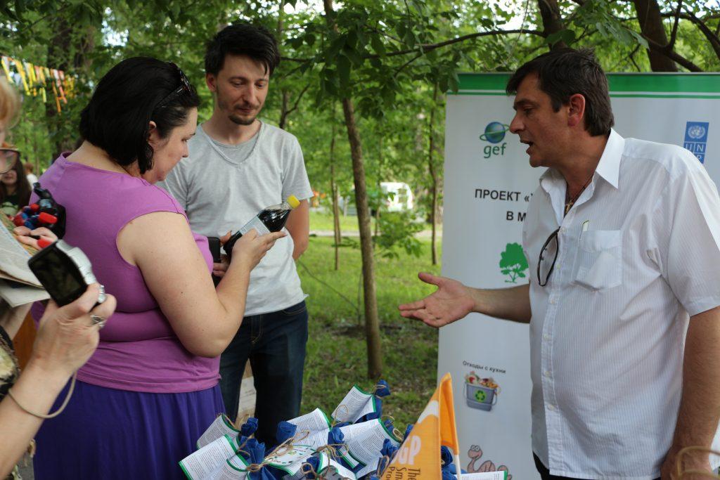 Biohumusul și reciclarea deseurilor vegetale cu ajutorul viermilor - o activitate neobișnuită care a interesat vizitatorii. Chișinău, 4 iunie 2017, Parcul Valea Morilor. Foto: Ecopresa.md