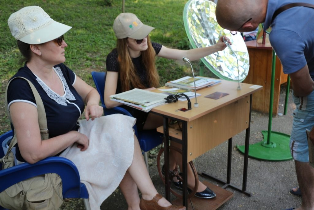 Machele de obiecte și aparate bazate pe tehnologii verzi, create de elevi inventivi. Chișinău, 4 iunie 2017, Parcul Valea Morilor. Foto: Ecopresa.md