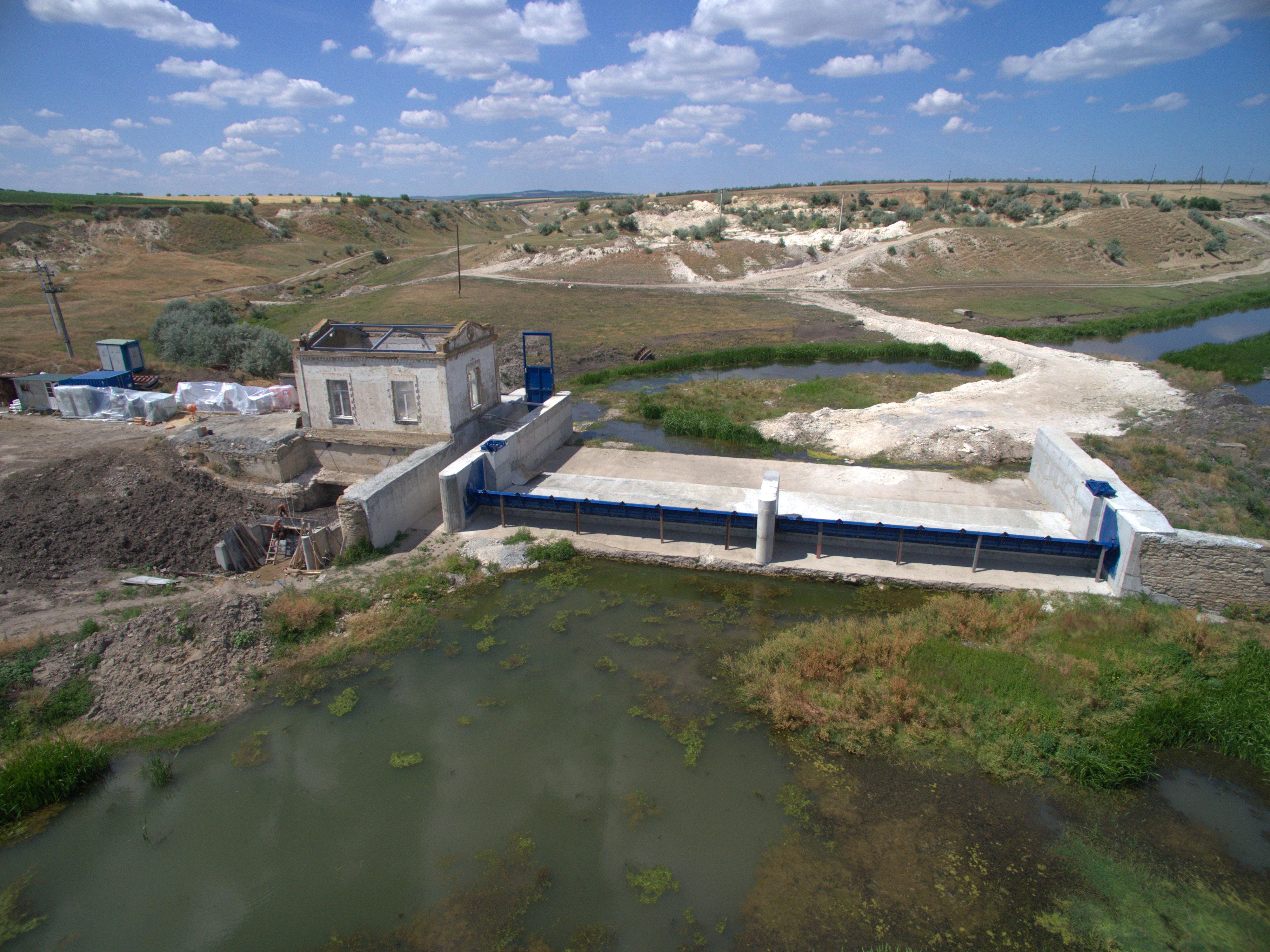 """Răutul """"strangulat"""" de o imensă construcție, care-l lasă fără apă. Imagine: Vladimir Petrusevici"""