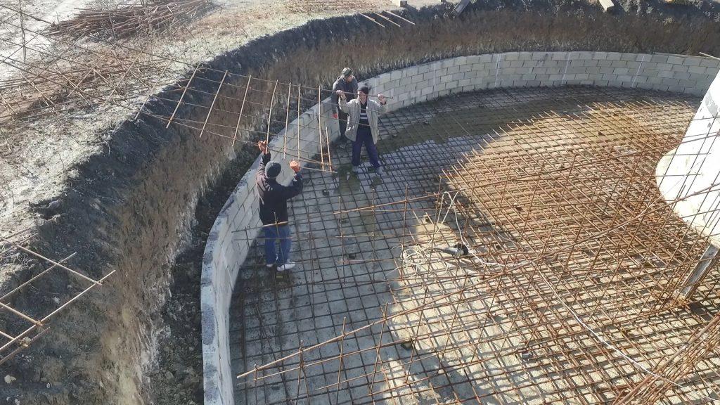 Muncitorii pregătesc suportul viitoarei turbine de la Edineț