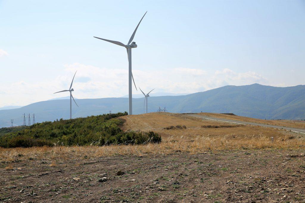 Peisajul montan și eolienele de la Gori
