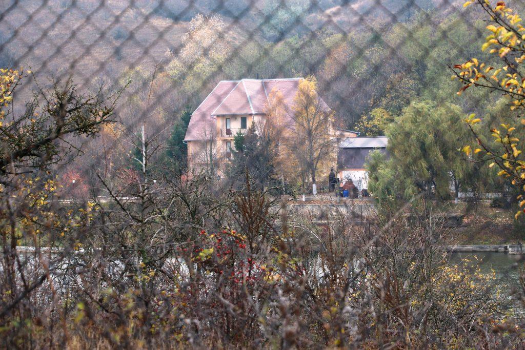 """Un gard de sârmă împrejmuiește cel mai mare iaz deținut de Cooperativa """"Luceafărul-1"""" pe albia râului Cogâlnic. Foto: Sergiu Pascari"""