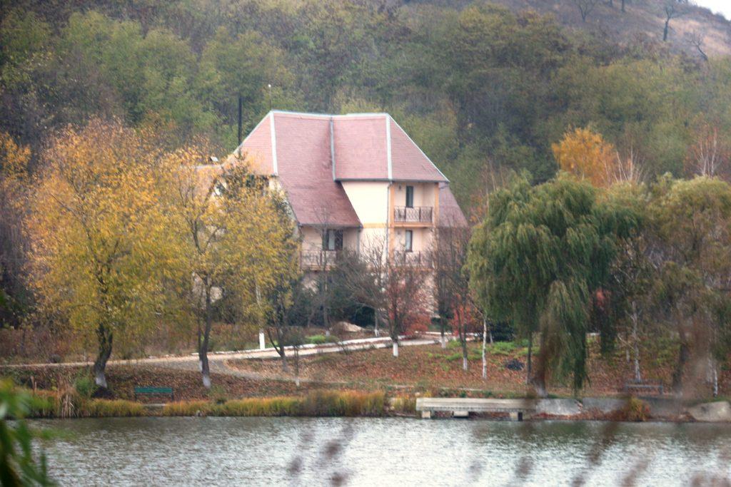 """Una din contrucțiile deținute de Cooperativa """"Luceafărul-1"""", pe albia râului Cogâlnic. Foto: Sergiu Pascari"""