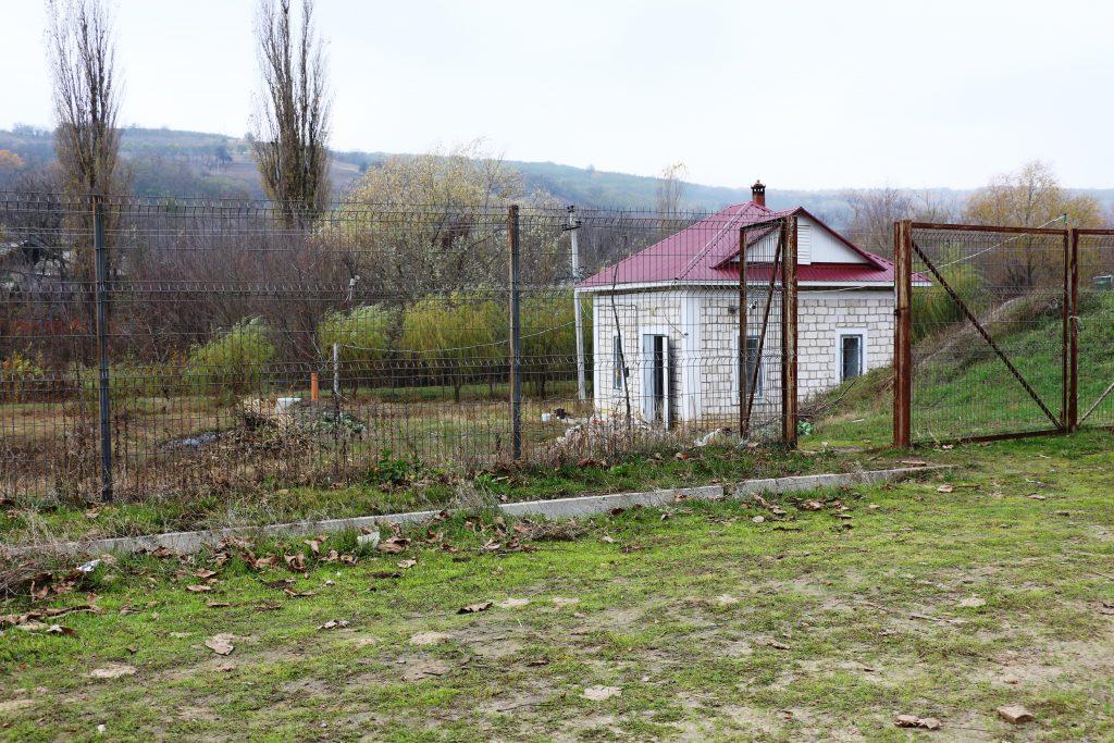 """Terenul """"amenajat"""" din preajma sondei de aprovizionare cu apă de la Ciuciuleni, Hâncești. Foto: Lilia Curchi"""