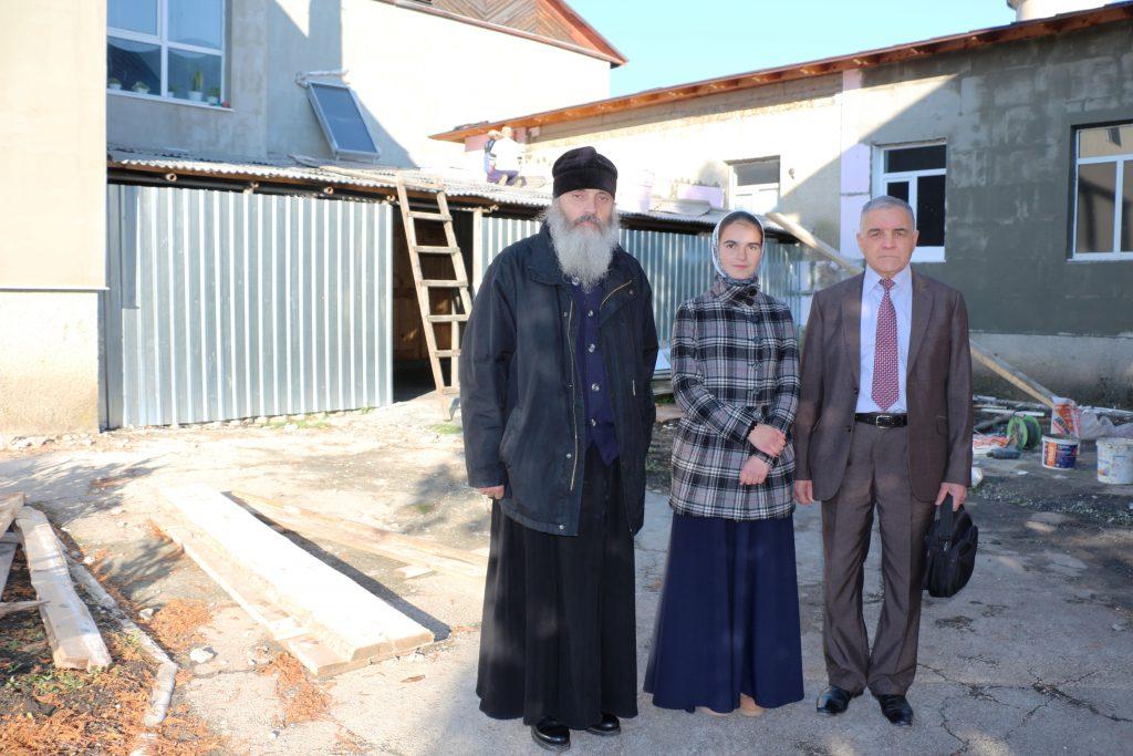 Un mini-grant de 1000 euro câștigat de elevele Liceului Teologic a asigurat termoizolarea instituției de învățământ