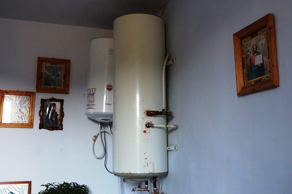 Colectorul solar încălzește apa din două boilere. Apa este folosită la bucătărie și blocul sanitar