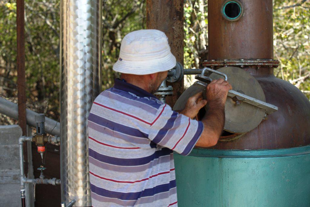 Otari Potshverashvili ne arată cum funcționează instalația de făcut rachiu de casă