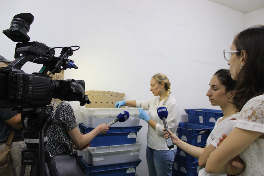 """Elena Andreiciuc, voluntară AO """"Pomul Vieții"""" poveștește despre procesul de vermocompostare. Foto: AJMTEM"""