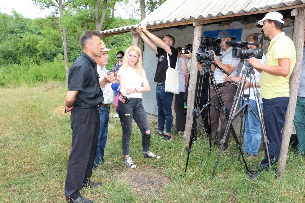 Stopii de ploaie nu sperie jurnaliștii dornici de a afla despre pepeniera din Popeasca