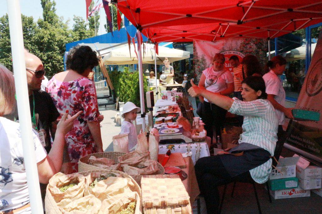 Vizitatori și producători Eco Local Farmers Market