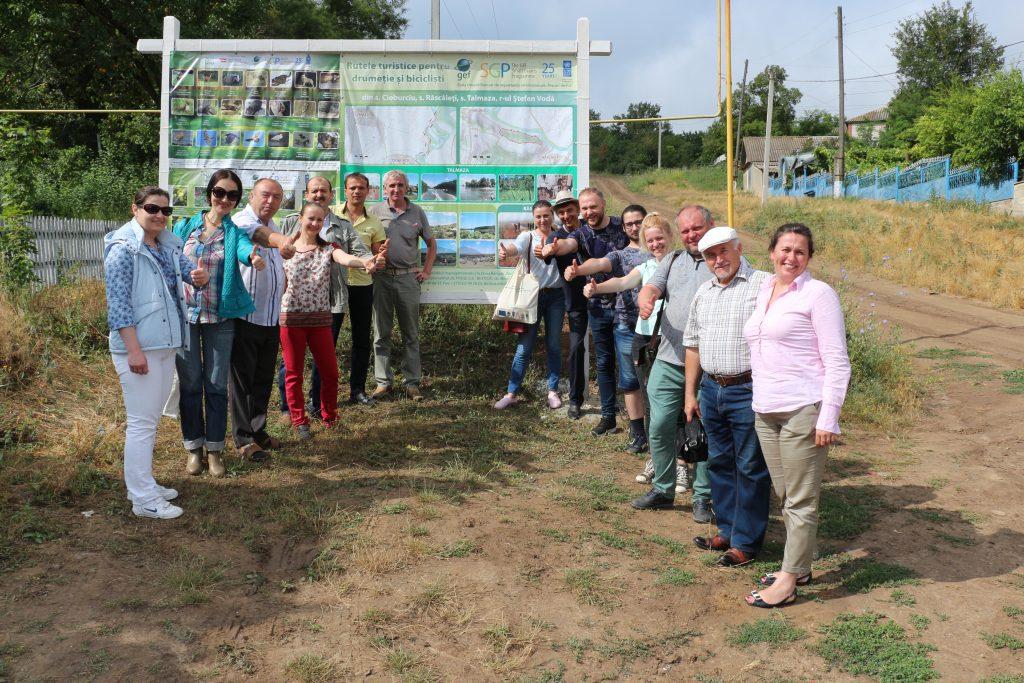 Fotografie de grup la Cioburciu - la panoul informativ privind traseele turistice amenajate cu sprijinul GEF SGP Moldova