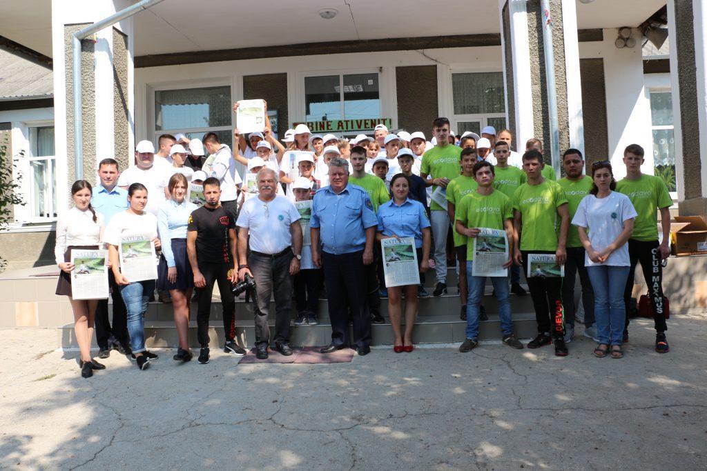 """Fotografie de grup înainte de salubrizare. Acţiunea """"Pentru un Răut curat"""", desfăşurată de Mişcarea Ecologistă din Moldova"""