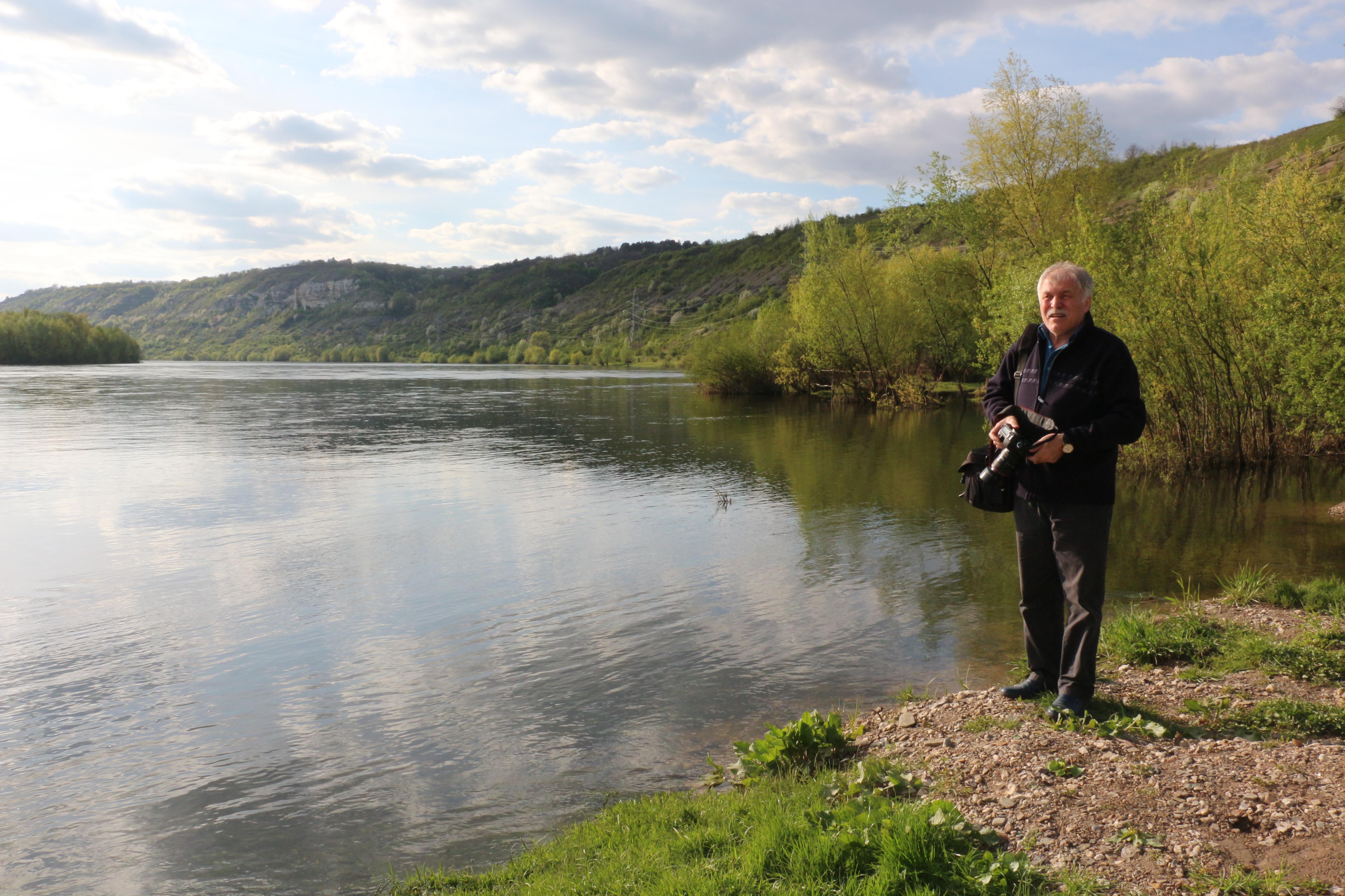 Ecologistul Alecu Reniță, pe malul Nistrului, la Leadova, Ucraina, în timpul viiturii de primăvară 2018 Foto: Lilia Curchi