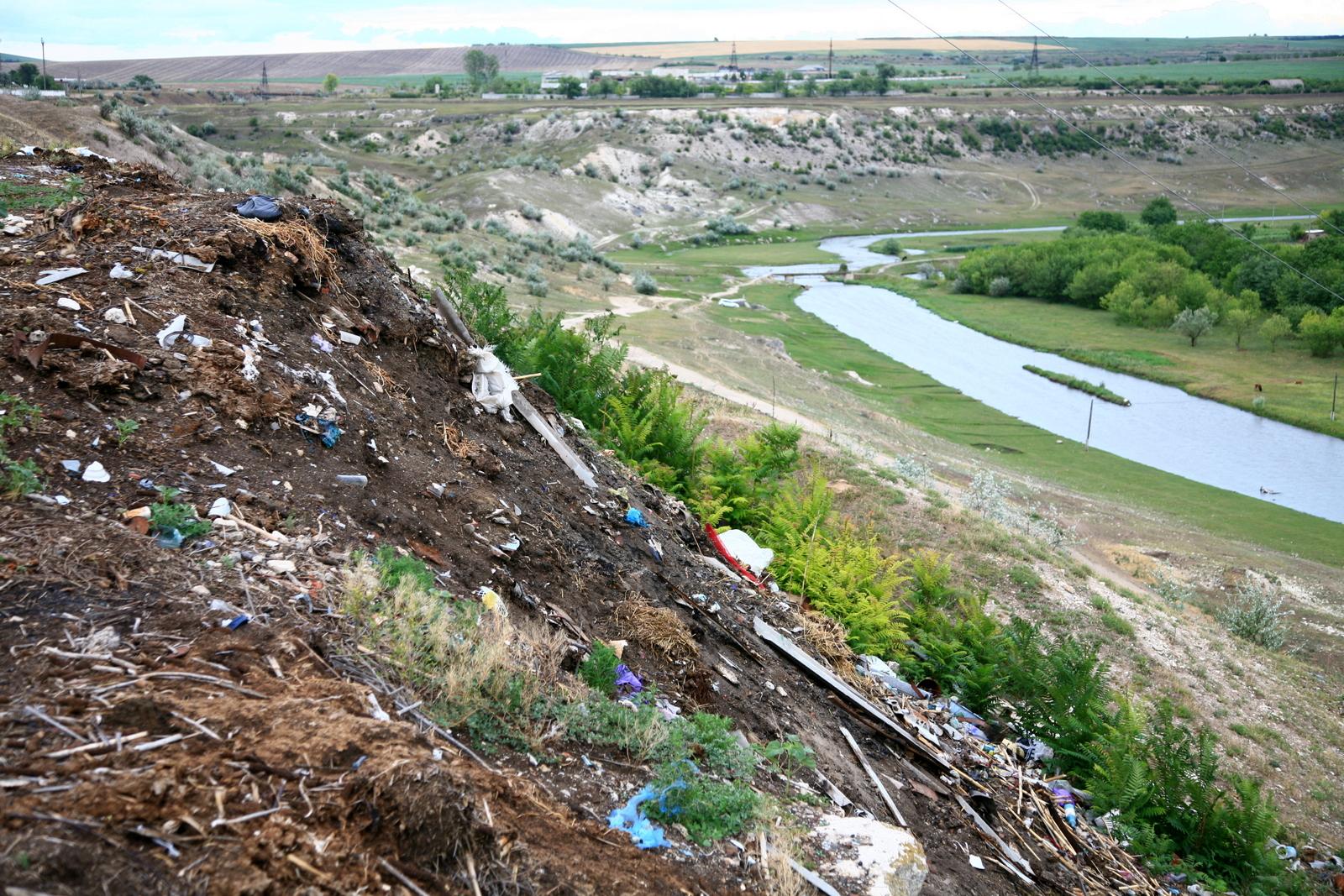 Gunoiște neutorizată în apripiere de râul Răut la Florești. Foto: Natura.md