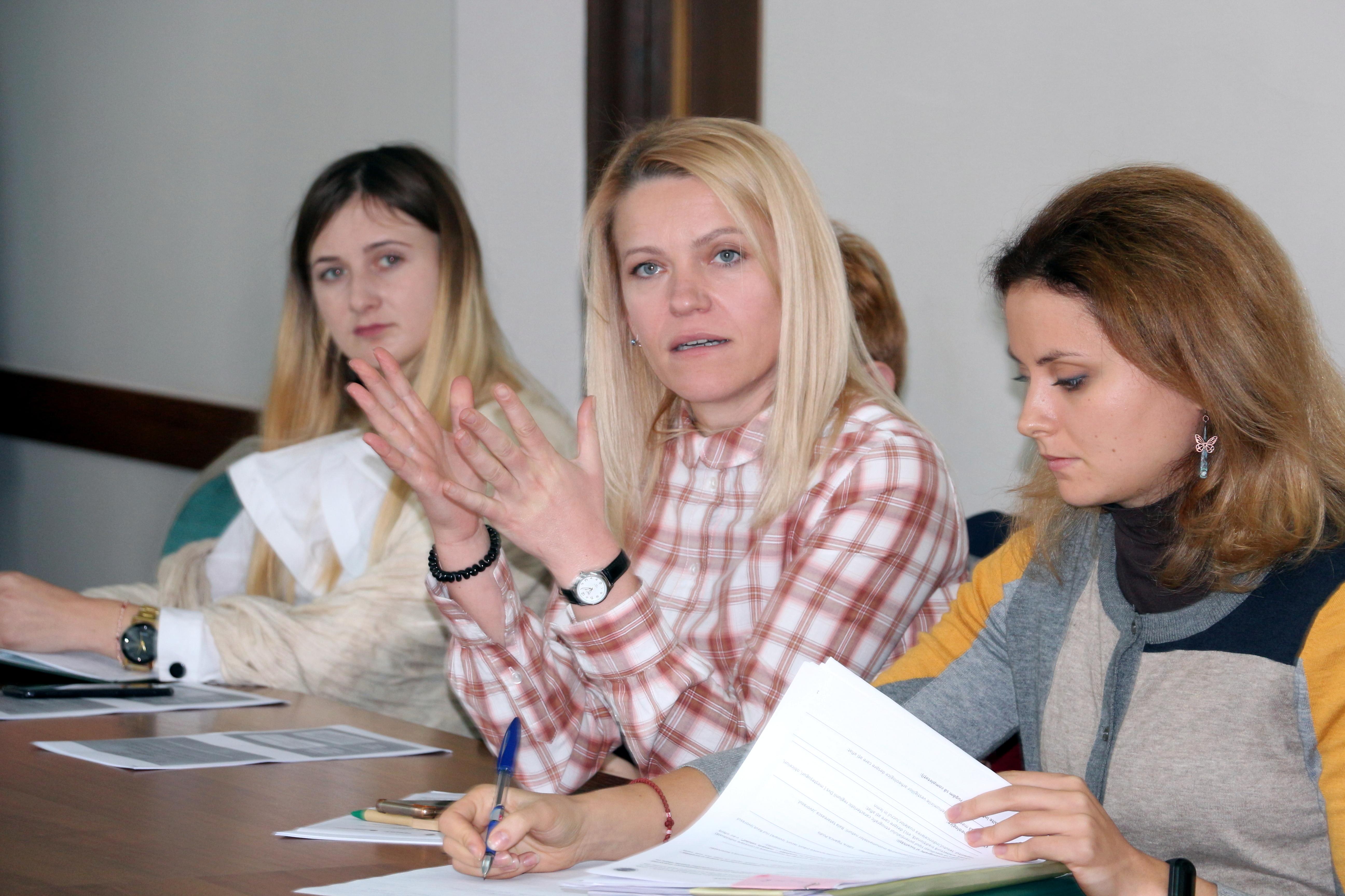 Lucia Tăut (mijloc) vorbește despre importanța emisiilor și transferului de poluanți