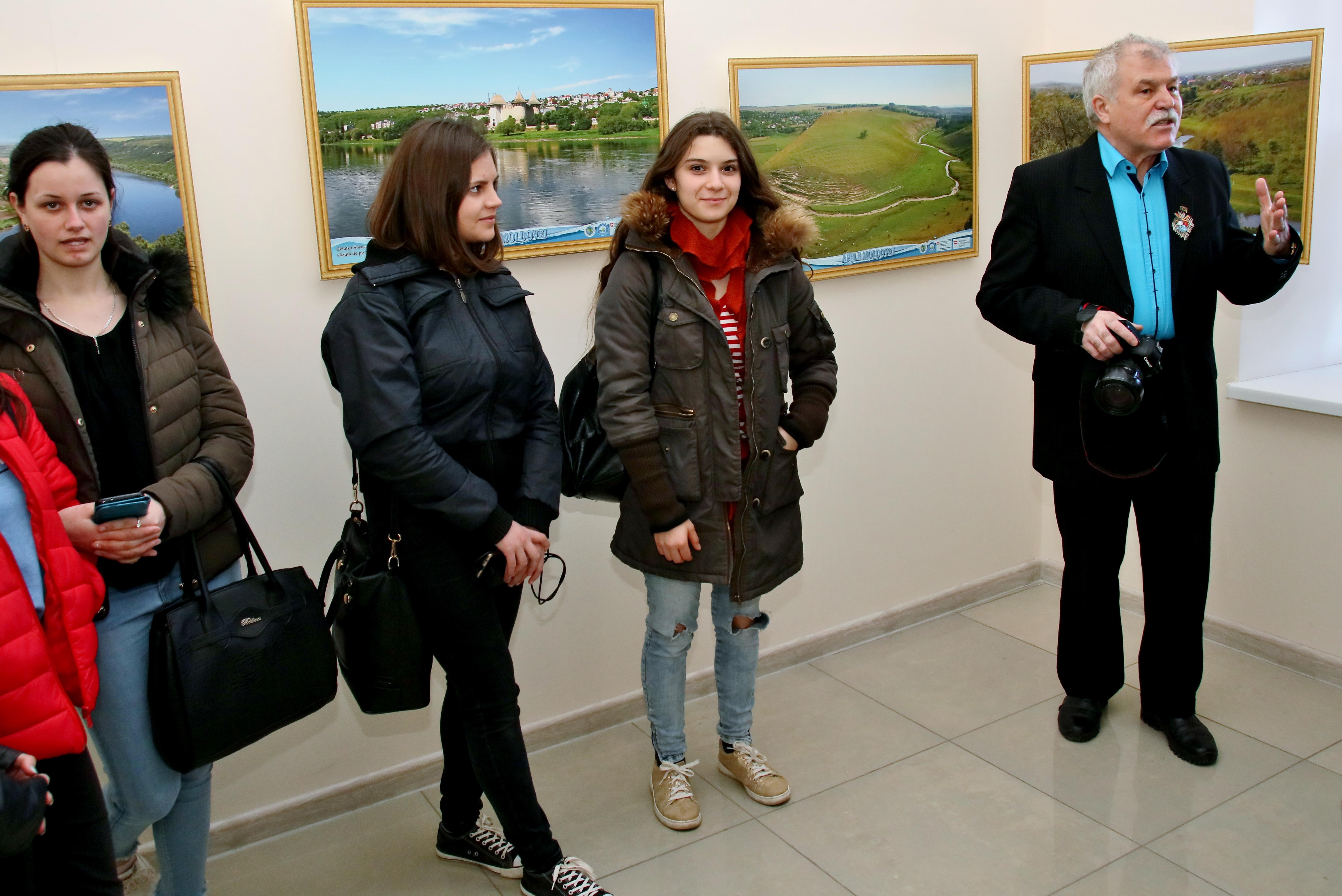 """Alecu Reniţă la o întâlnire cu vizitatorii expoziţiei """"Apele Moldovei"""" din oraşul Cimişlia"""