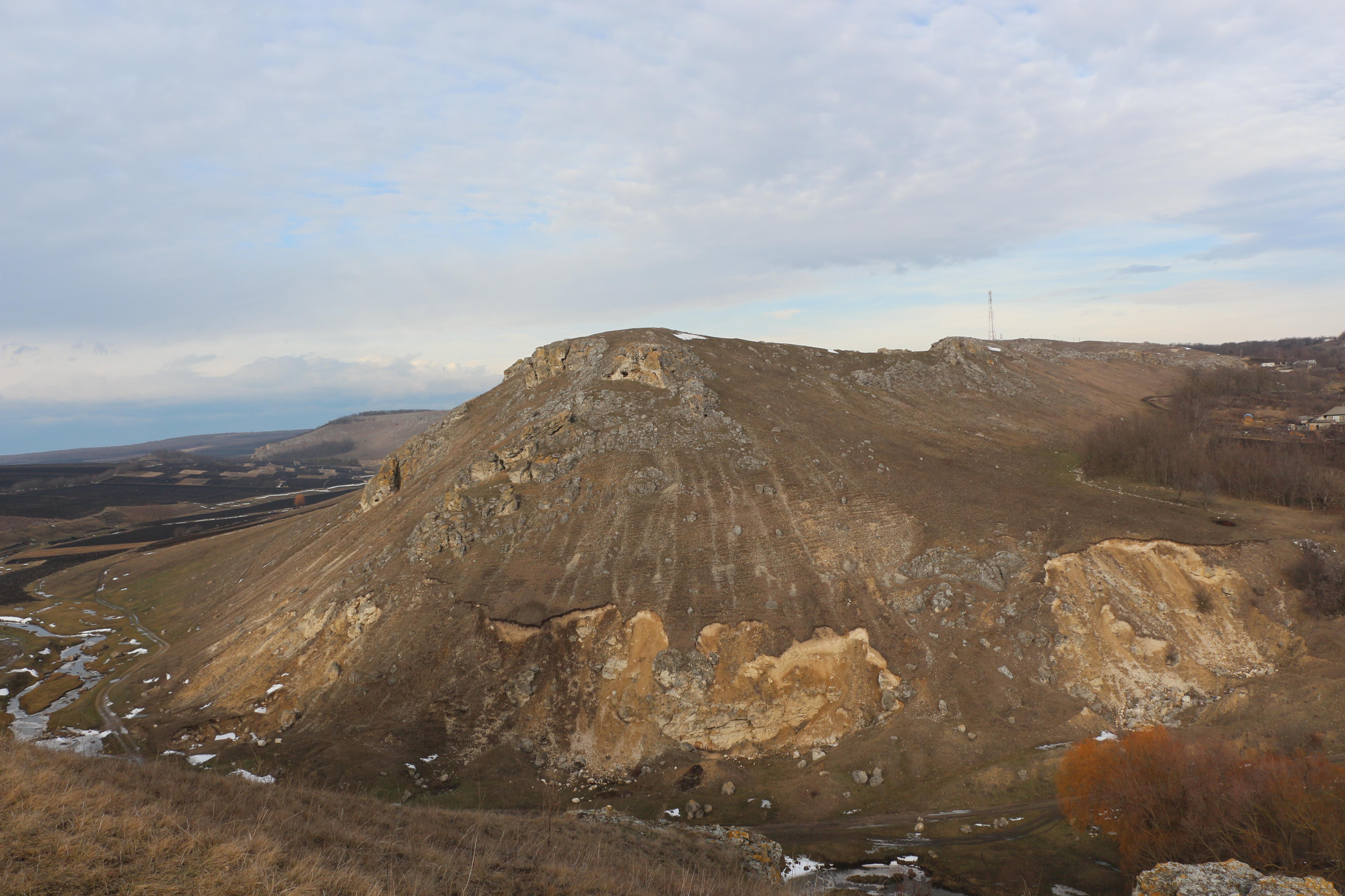 Hoții de piatră mutilează monumentele protejate de stat. Corjeuți, Briceni, ianuarie 2016. Foto: Dinu Rusu