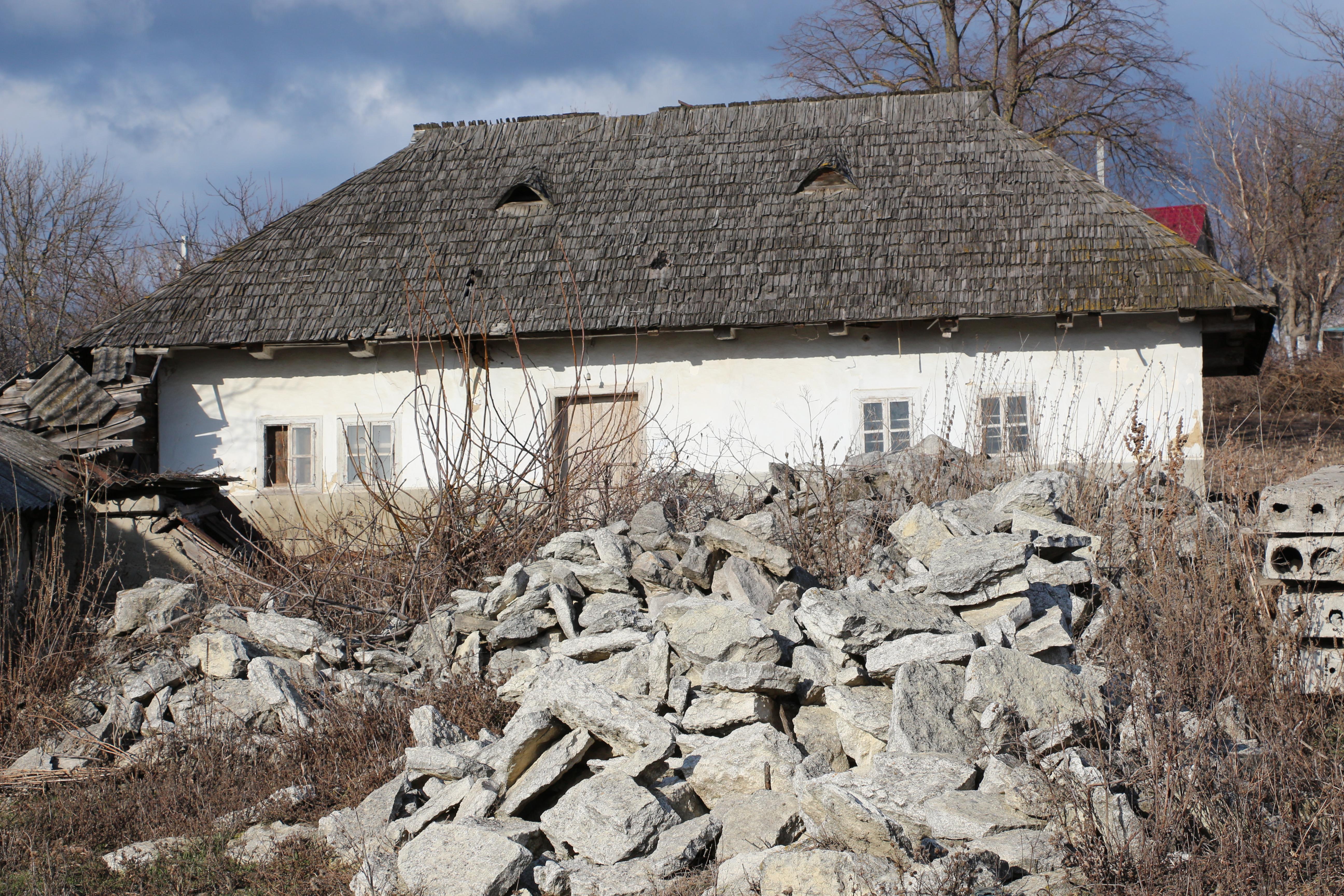 Casă din Corjeuți: să fie piatră extrasă din Stânca Țiglău? Ianuarie 2016 Foto: Dinu Rusu