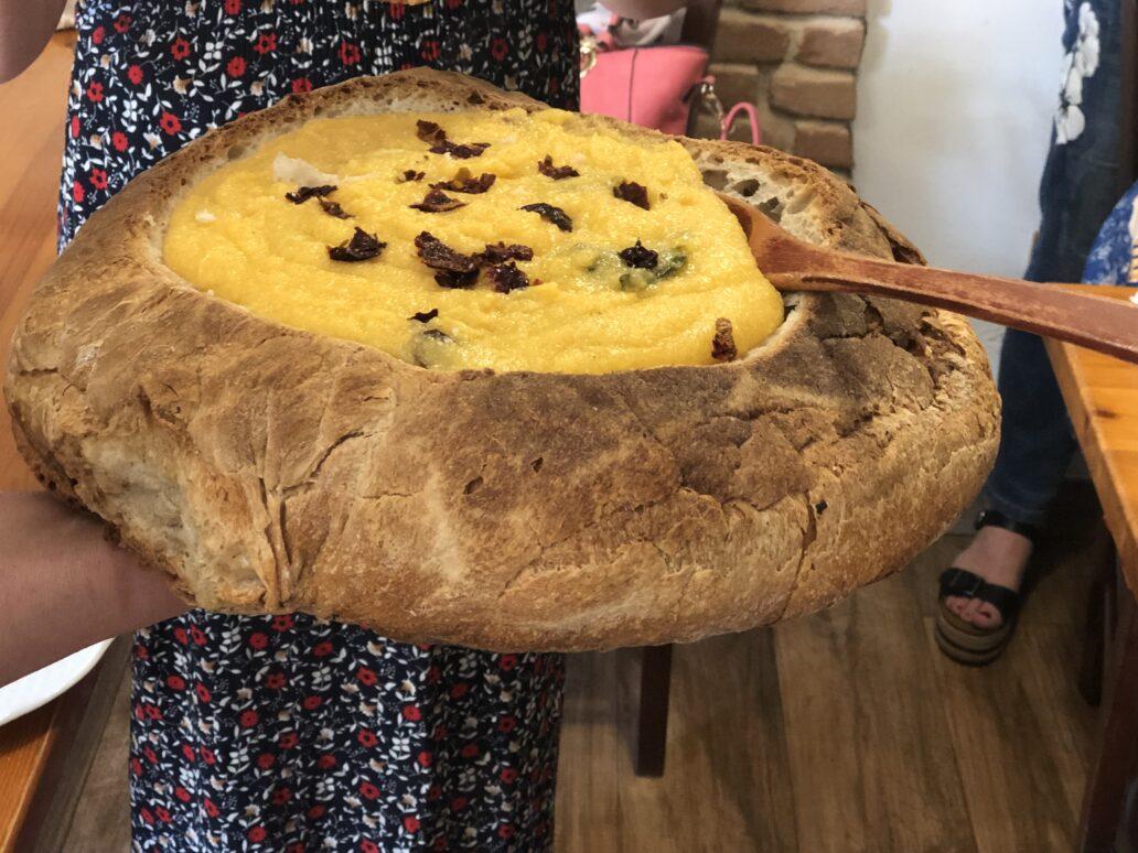 Mămaligă cu hribe în pâine coaptă pe jar