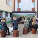 FOTO/ În aer liber. Sală inedită la un liceu din Orhei, pentru discuţii despre Rezervaţia Orheiul Vechi
