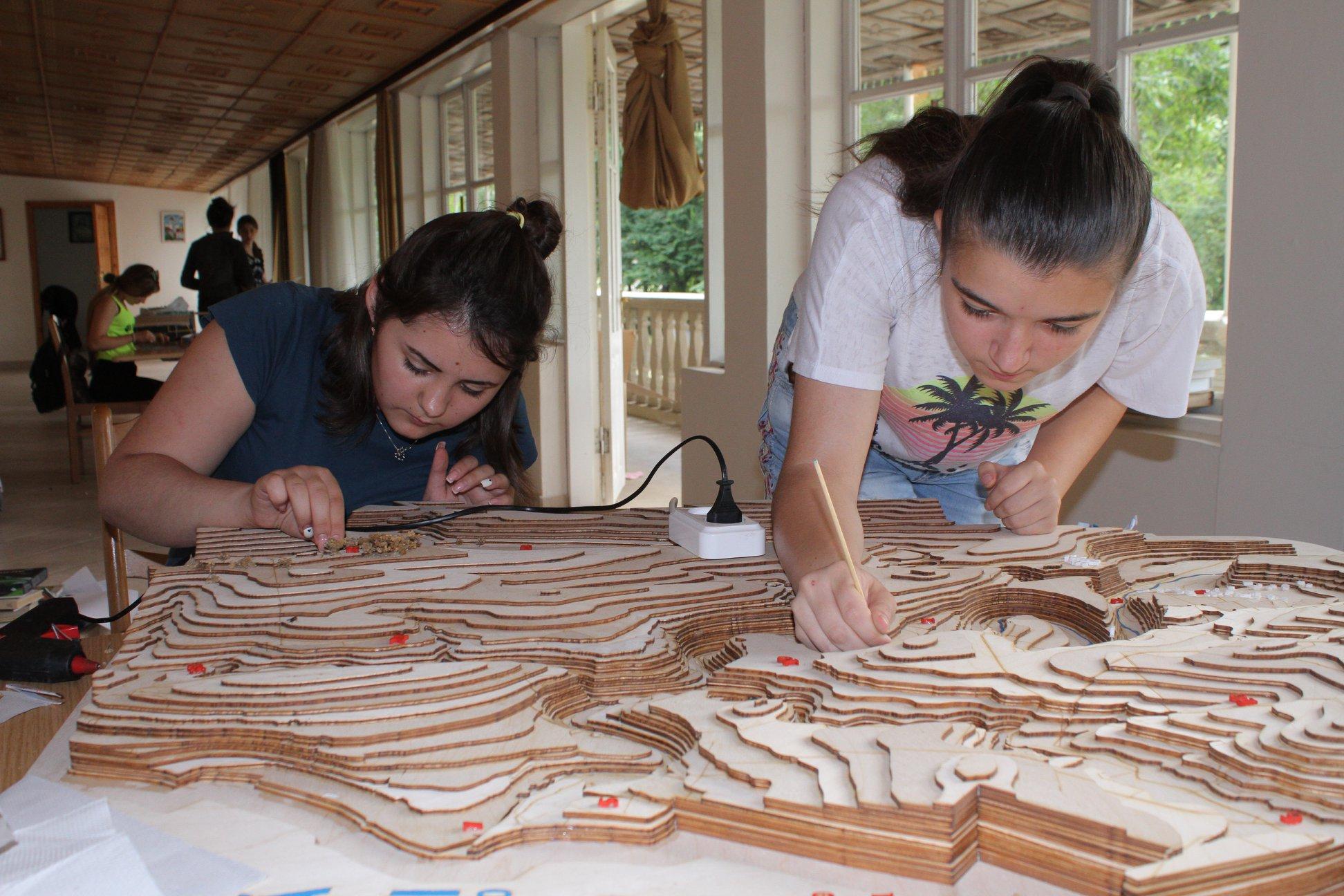 În procesul de creare a machetei Rezervaţiei Orheiul Vechi - elevele Marina Guţan şi Daniela Sofronenco