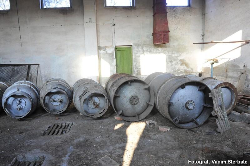 """La stația din Țekinovka, raionul Iampol, regiunea Vinița, sunt șapte rezervoare cu clor lichefiat, pentru prelucrarea apelor reziduale. """"Clorul este periculos pentru atmosferă, populația trebuie să o întindă de pe acolo"""", dă alarma Dumitru Osipov funcționar al Inspectoratului pentru Protecția Mediului din Moldova. Sursa: anticoruptie.md"""