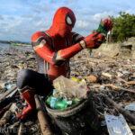 Un indonezian adună gunoaie de pe plaje îmbrăcat în…Spider-Man