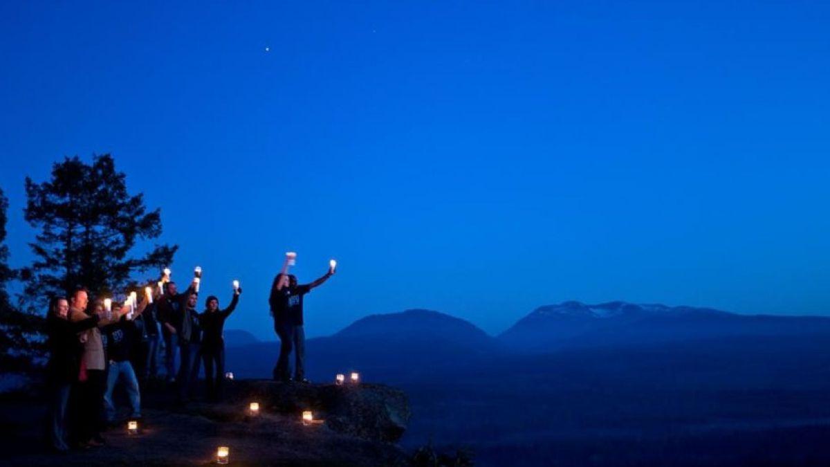 FOTO. VIDEO/ Au aprins lumânări și s-au bucurat de întuneric. Cum s-a desfășurat Ora Pământului în Moldova