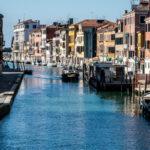 FOTO. VIDEO/ Coronavirus: Apa canalelor din Veneţia, mai curată, iar în Cagliari delfinii au venit în port