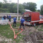 FOTO/ Gospodării inundate și drumuri spălate. Mai multe localități, afectate de ploi