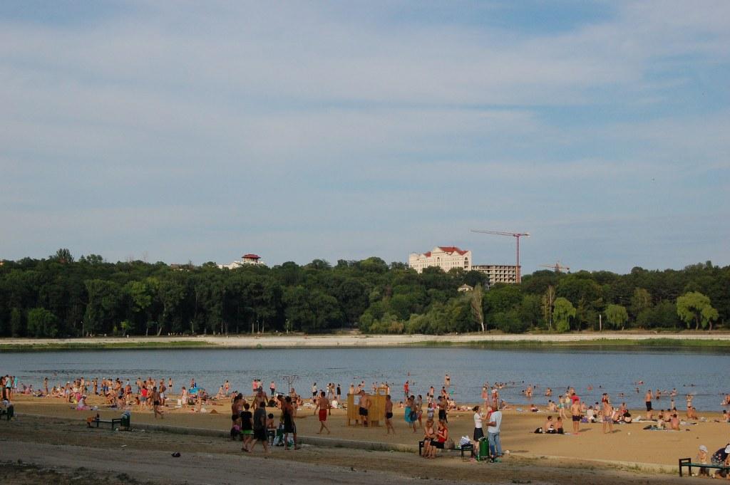 Scăldatul în bazinele acvatice din Chișinău, interzis. Ce pericole sunt în apă și pe plaje