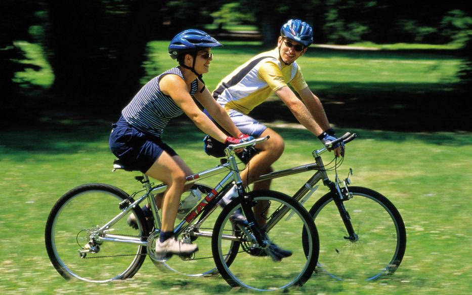 Sondaj: Europenii vor mai multe piste pentru biciclete şi alei pietonale