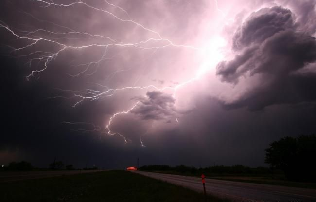Ploi și vijelie. A fost emis cod GALBEN de instabilitate atmosferică
