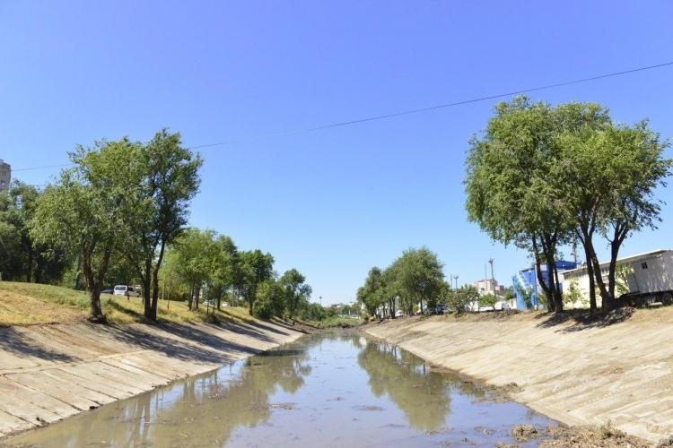 Lucrărilor de curățare a albiei râului Bâc, finalizate pe o lungime de 2 km. Costul lucrărilor