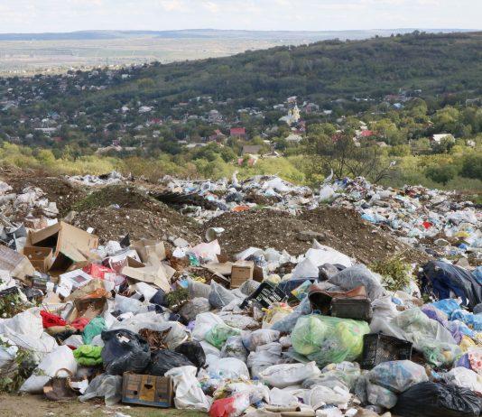 Dealul acoperit cu deșeuri. Strășeni. Octombrie 2020. Foto: Carolina Buimestru