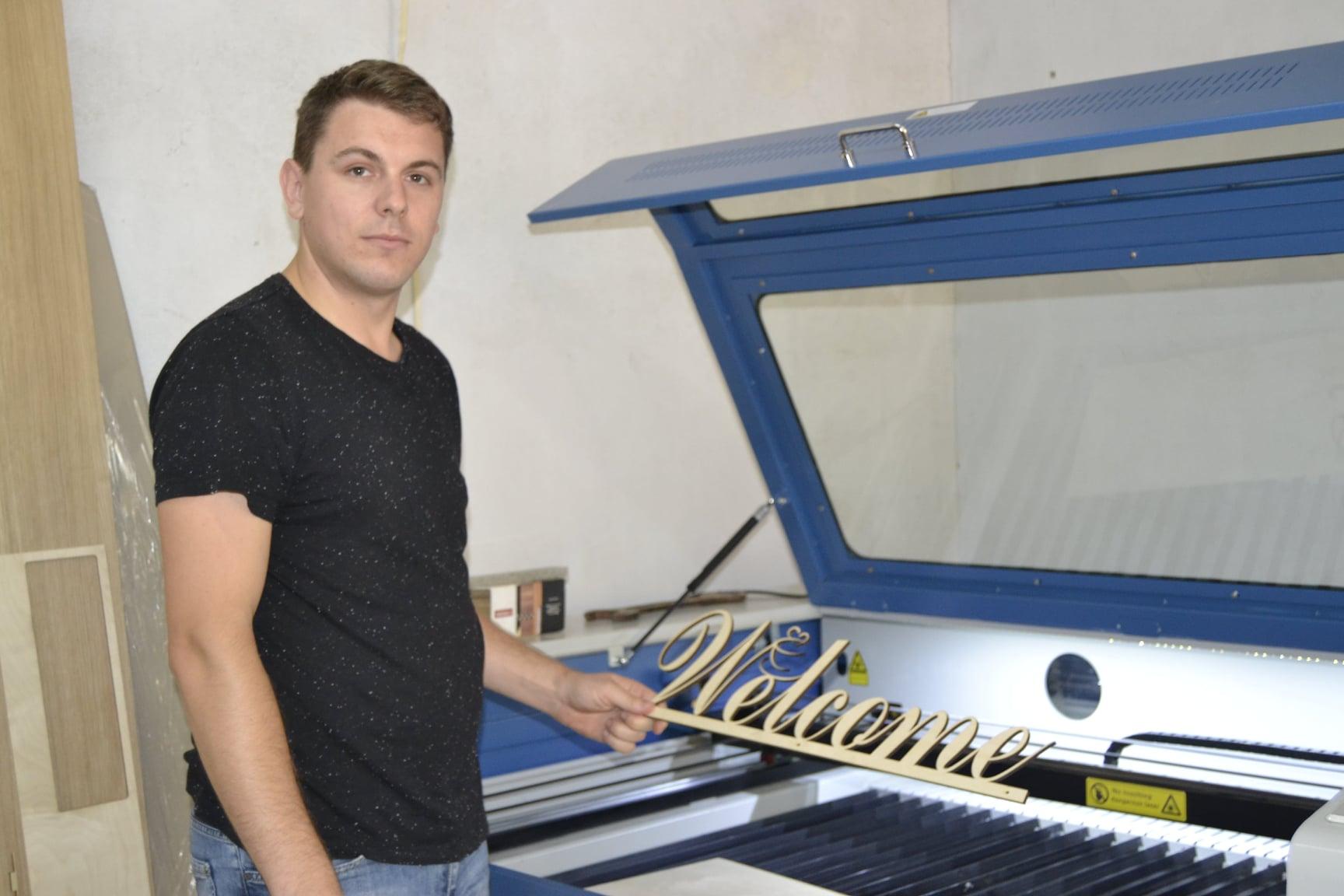 FOTO/ Un antreprenor din Șoldănești creează decorațiuni ecologice din placaj