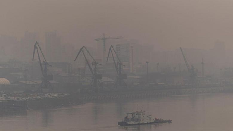 """VIDEO// Din cauza incendiilor forestiere din Siberia, al treilea oraș al Rusiei se sufocă. Autoritățile au emis alerta """"Cer Negru"""""""