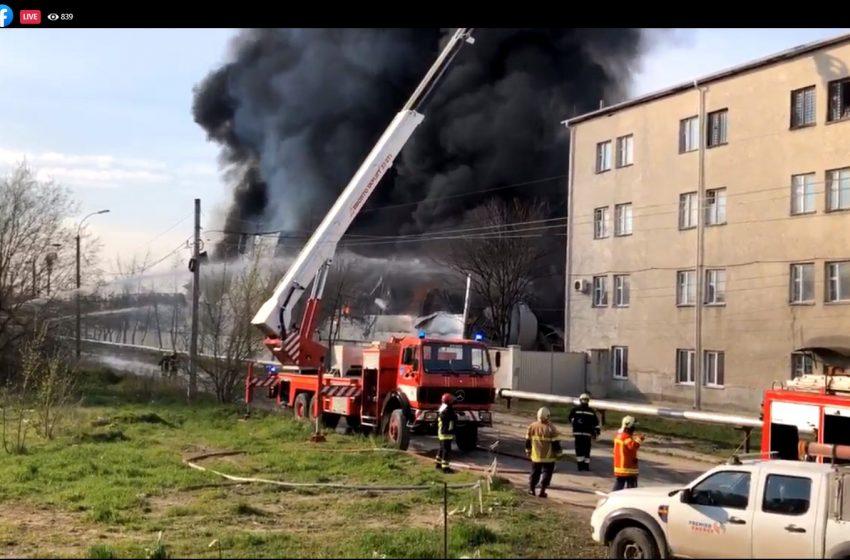 Incendiu de proporții la un depozit cu vopsea. Gradul de poluare, în proces de monitorizare