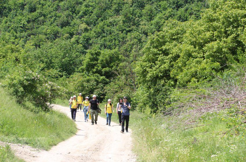 FOTO/ Au sădit o plantă rară și au învățat ce este turismul etic. Cum a fost în drumeția pe traseul Trebujeni-Furceni