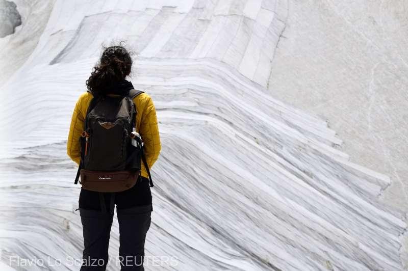 Un gheţar din Italia, acoperit pentru a fi protejat de căldura din timpul verii