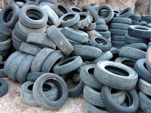Aruncate la gunoi, arse sau îngropate. Când va fi schimbat circuitul anvelopelor uzate