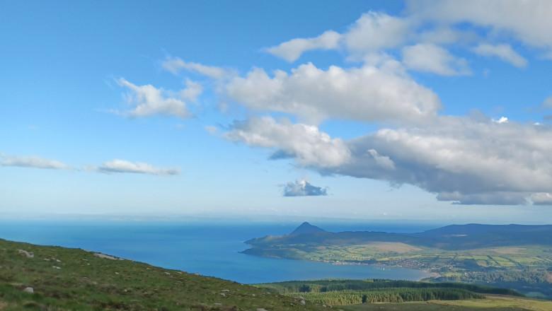 Marea din jurul coastelor de vest ale Scoției a căpătat o neobișnuită nuanță de albastru aprins. Motivul