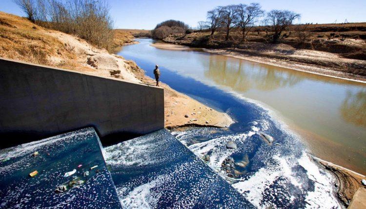 """Râuri albastre și apă la fel de puternică ca înălbitorul: impactul """"distructiv"""" al modei rapide în Africa"""