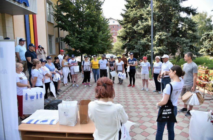 Au strâns peste 30 de saci cu gunoi. Albia râului Ișnovăț a fost curățită de voluntari