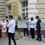 FOTO/ Protest în fața primăriei Chișinău. Manifestanții au cerut apă calitativă pentru elevii claselor primare