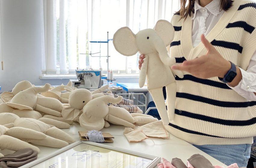 Cucerește inimile copiilor cu jucării confecționate din textile naturale. Povestea atelierului Cristinei Lupu