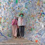 Indonezia: Un muzeu creat din sticle şi pungi din plastic avertizează asupra pericolului poluării oceanelor