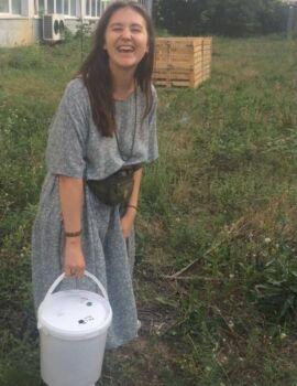 Căldarea plină este dusă la un punct de compostare - în imagine, Mihaela